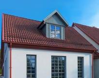Le blanc a peint la maison avec le toit rouge dans Ventspils Photos stock