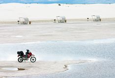 Le blanc sable la moto Photos libres de droits