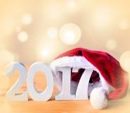 Le blanc schéma 2017 et chapeau de Santa, décorations de Noël Images stock