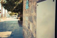 Le blanc se connectent le mur de briques antique à la promenade de Tibériade images stock