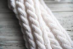 Le blanc a tricoté les chaussettes, chaussettes faites main sur le fond blanc Texture des choses tricotées photographie stock libre de droits