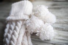 Le blanc a tricoté les chaussettes, chaussettes faites main sur le fond blanc Texture des choses tricotées photos stock
