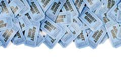 Le bleu admettent des billets frontière supérieure, l'espace de copie, fond blanc d'un film Photographie stock libre de droits