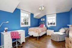 Le bleu adorable badine la pièce avec le plancher en bois dur et le plafond voûté photo libre de droits