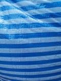 Le bleu a barré le fond en plastique de feuille images libres de droits