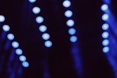 Le bleu a brouillé les points légers rougeoyant dans la distance la nuit photo stock