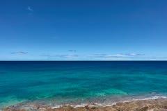 Le bleu clair comme de l'eau de roche et les turqois arrosent à la ligne de côte de Fuerteventura Images stock