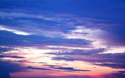 Le bleu colore le ciel de coucher du soleil. Photographie stock