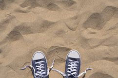 Le bleu a délacé des espadrilles sur la plage, vue supérieure Images stock
