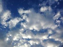 Le bleu de ciel opacifie le whtie Photo stock
