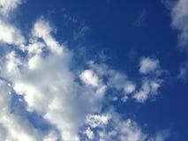 Le bleu de ciel opacifie le whtie Photos libres de droits