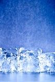 le bleu de fond cube la glace fraîche Image libre de droits