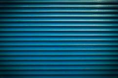 Le bleu de Teal a peint la texture horizontale de fond de portes d'abat-jour ou de garage de volet de rouleau de fenêtre en métal Photo libre de droits