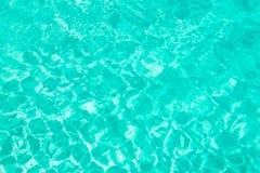 Le bleu de turquoise a déchiré le concept d'été de fond de l'eau de piscine Photographie stock libre de droits