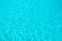 Le bleu de turquoise a déchiré l'eau de piscine, concept d'été photographie stock libre de droits