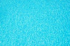 Le bleu de turquoise a déchiré le fond de l'eau de piscine, concept d'été Images stock