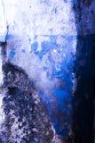 Le bleu donne au vieux mur une consistance rugueuse photos stock