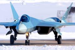 Le BLEU du prototype PAK-FA 054 de Sukhoi T-50 est un chasseur à réaction de cinquième génération montré tout en perfoming un vol Photo libre de droits
