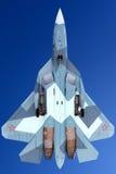 Le BLEU du prototype PAK-FA 054 de Sukhoi T-50 est un chasseur à réaction de cinquième génération montré tout en perfoming un vol Image stock