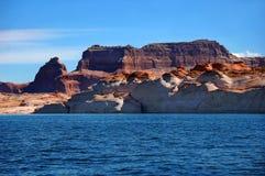 Le bleu encadre les falaises de Powell de lac Photographie stock