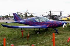 Le bleu folâtre des avions de la société tchèque BRM Bristell aérien à t Images libres de droits