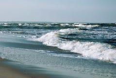Le bleu ondule sur la mer baltique Photo stock