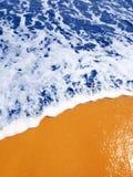 Le bleu ondule sur le sable doré Photos libres de droits