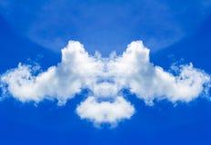 le bleu opacifie le blanc de ciel Images stock