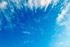 le bleu opacifie le blanc de ciel Images libres de droits