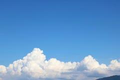 le bleu opacifie le blanc de ciel Photo libre de droits