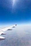 le bleu opacifie le blanc de ciel photographie stock libre de droits