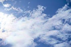 le bleu opacifie le blanc pelucheux de ciel Image libre de droits