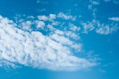 le bleu opacifie le blanc pelucheux de ciel Photographie stock