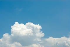 le bleu opacifie le ciel Images stock