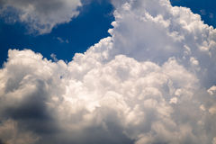 le bleu opacifie le ciel pelucheux Images stock