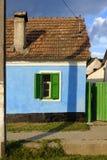 Le bleu a peint la maison dans le village de Saxon, la Transylvanie, Roumanie Image libre de droits