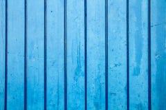 Le bleu a peint la perpendiculaire en bois de planche de mur au cadre en tant que fond bleu saturé simple en bois de bois de cons photos libres de droits