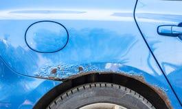 Le bleu a ray? la voiture avec la peinture endommag?e dans l'accident d'accident ou le parking et a bossel? des dommages de corps photos libres de droits