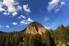 Le bleu rencontre la crête de montagne Image stock