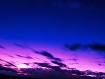 Le bleu rouge de ciel trouble image libre de droits