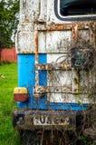 Le bleu rouillé abandonné de voiture a coloré la vieille lampe de queue en verre cassée photo stock