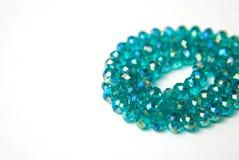 Le bleu Shinny Crystal Beads Glass Isoalted sur la beauté faite main de mode de fond de copie de passe-temps blanc de l'espace photo stock