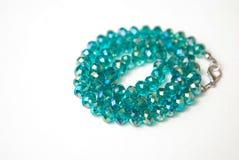 Le bleu Shinny Crystal Beads Glass Isoalted sur la beauté faite main de mode de fond de copie de passe-temps blanc de l'espace photographie stock