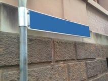 Le bleu vide de direction se connectent un poteau en métal Images stock