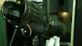 Le bloc d'éclairage dans les gants vérifie le travail du projecteur théâtral de profil clips vidéos