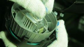 Le bloc d'éclairage de gant remplace le projecteur de profil de lampe d'halogène banque de vidéos