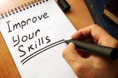 Le bloc-notes avec l'écriture améliorent vos qualifications image stock