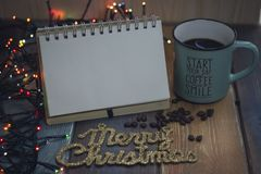 Le bloc-notes, la tasse bleue et l'inscription marient Noël Photos libres de droits