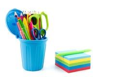Le bloc-notes multicolore et le mini récipient ont rempli de stylos et de penc Photos libres de droits
