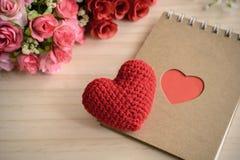 Le bloc-notes vide avec la fleur et le coeur rouge forment Photo libre de droits
